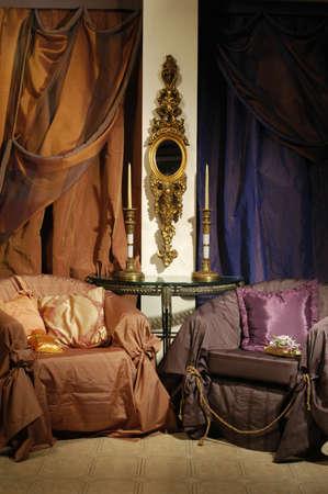 chambre luxe: int�rieur d'une chambre de luxe avec des chaises et rideaux Banque d'images