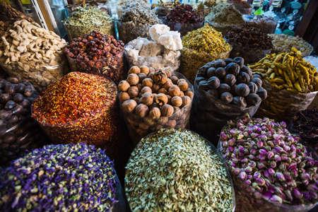 �pices: herbes s�ch�es fleurs �pices dans le souk des �pices � Deira. Emirats Arabes Unis Duba� Banque d'images