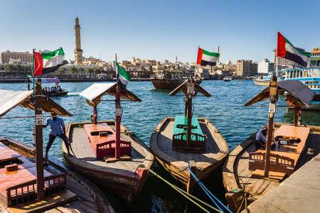 ドバイ、アラブ首長国連邦 - 11 月 18 日: ドバイ、アラブ首長国連邦 2012 年 11 月 18 日の湾クリーク ボート