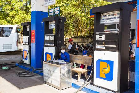 Vietnam - 23 de noviembre de 2014: la estación de gasolina con vehículos que funcionan con calle concurrida. Nha Trang