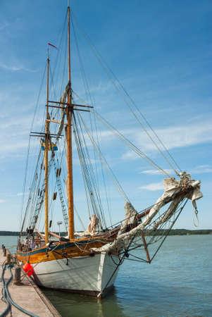 Ancien navire au port de plaisance en Finlande