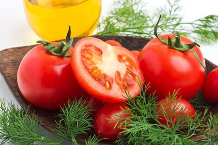 an onions: Tomate y eneldo en un plato