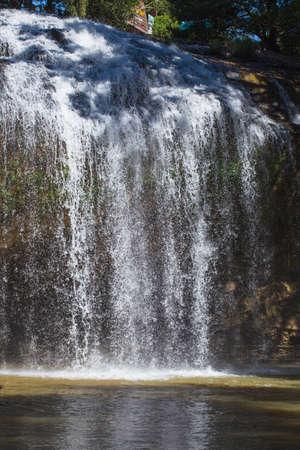 retained: Prenn cascada. Da lat. Vietnam. Prenn es uno de los saltos de agua retenida la prístina de las montañas de la montaña. 10 km al sur de la ciudad.
