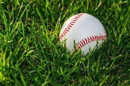 Bouchent le côté de la balle de baseball sur le terrain de gazon