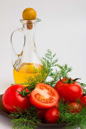 an onions: tomate y eneldo en un plato y fondo blanco Foto de archivo