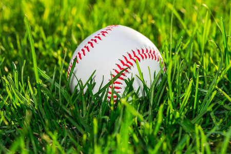 gros plan du côté de balle de baseball sur le champ de l & # 39 ; herbe