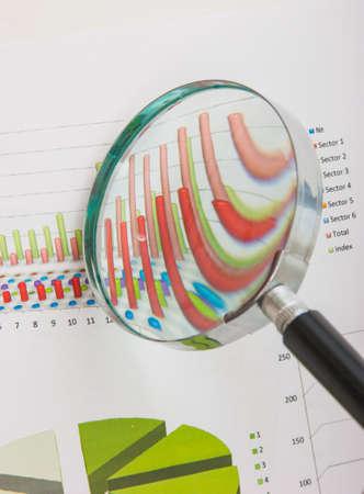 Grafieken tabellen en documenten gelegd op de tafel