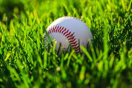 Gros plan côté balle de baseball sur terrain en herbe