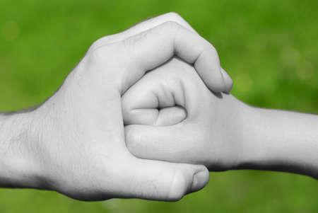 violencia: la mano en blanco y negro o detener la celebraci�n de un pu�o en Frot de fondo verde