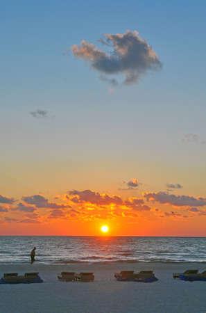 st  pete: Momenti Beach Paesaggio prima del tramonto con piegate sedie a sdraio in primo piano St Pete, Florida