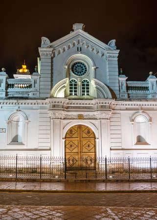 nightime: Facciata di una vecchia chiesa coloniale a Cuenca, Ecuador, in notturna