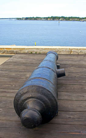 16th century: Canon from the 16th century aiming at the bay and sea, Castillo de San Marcos, Florida Editorial