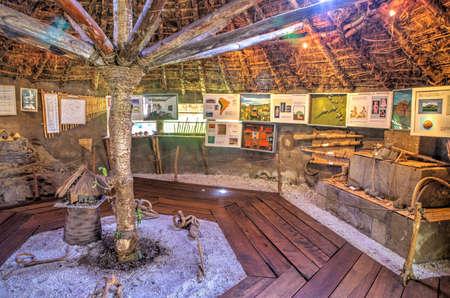 ahorcada: Interior de un museo de culturas indígenas tradicionales ecuatorianas. Cochasqui, Pichincha, Ecuador.