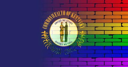 transsexual: Una pared pintada bien nacido con un arco iris de LGBT con la bandera del estado de Kentucky