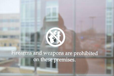 prohibido: Armas de fuego y armas est�n prohibidas en estas premisas en la ventana