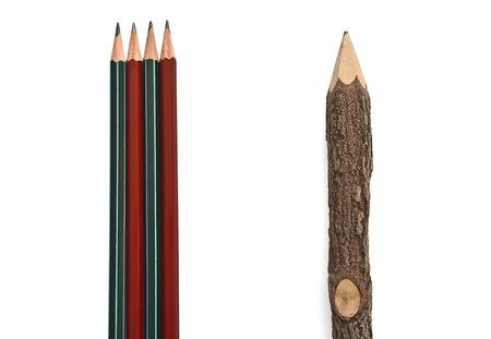 Cuatro lápices de plomo y un lápiz grande hecha% u200B% u200Bof madera dispuestos en forma vertical sobre un fondo blanco