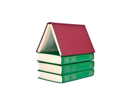 cognicion: Libros apilados en forma de casas aisladas en el fondo blanco Foto de archivo