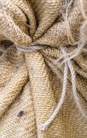 sacco juta: Frammento di sacco di iuta chiuso con la profondità di campo knot.Small Archivio Fotografico