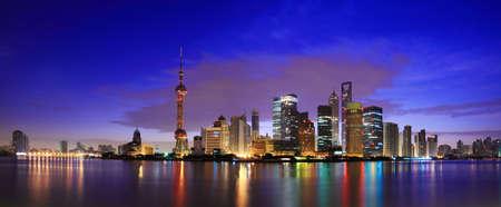 夜明け都市景観で上海のランドマークのスカイライン