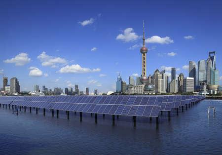 sonnenenergie: Shanghai Bund Skyline Wahrzeichen, �kologische Energie erneuerbare Solarpanel Anlage am Konzept Lizenzfreie Bilder