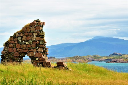Ancient ruins on the Island of Iona with a view toward Mull Banque d'images