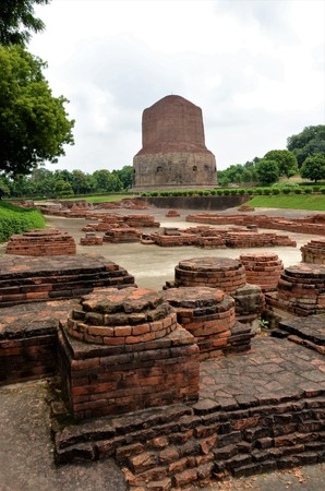 A view of the architectural detail of the Buddhist temple of Sarnath in Varanasi, India. 免版税图像