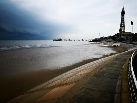 Una vista lungo la spiaggia verso alcuni dei punti di riferimento iconici della famosa località di villeggiatura di Blackpool