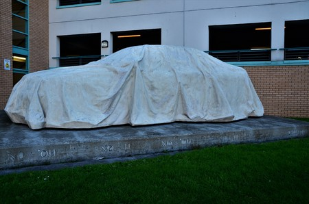 A view of a car under a tarpaulin sculpture in the city of Dundee Фото со стока