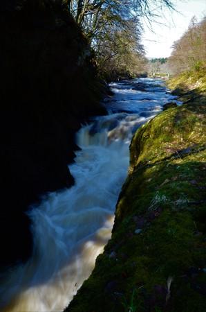 Une vue sur les eaux déchaînées sur les rochers de la solitude à Glen Esk, Angus