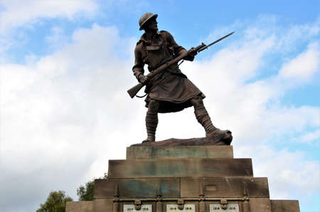 A view of a remembrance memorial monument with soldier statue in the Highland town of Dingwall, Scotland 新聞圖片
