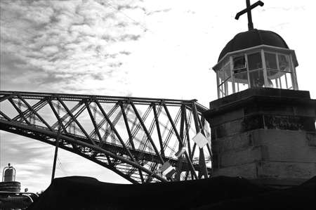 A view of the historic and iconic Forth rail bridge which spans the Forth Estuary in Scotland. 版權商用圖片