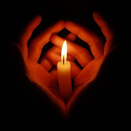 luz de velas: vela ardor en las manos en la oscuridad