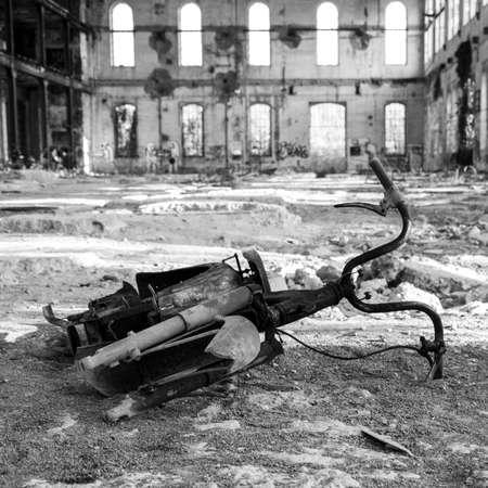 ni�os abandonados: aherrumbrado bicicleta dentro de una vieja f�brica abandonada