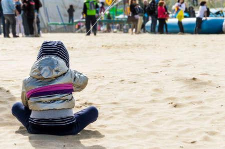 ni�os abandonados: beb� abandonado perdido a sus padres en la playa