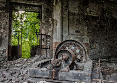 Maquinaria polvorienta en fábrica abandonada lista para demolición