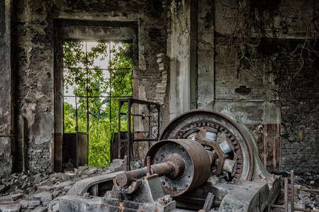 Maquinaria polvorienta en fábrica abandonada listo para la demolición