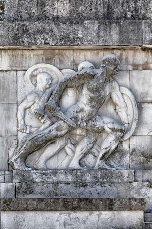 roman soldiers: Bassorilievo e la scultura di antichi soldati romani con scene di guerra, marmo di Carrara