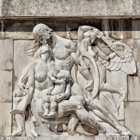 escultura romana: escultura soldado romano le da un beso a la mujer con el hijo en su regazo