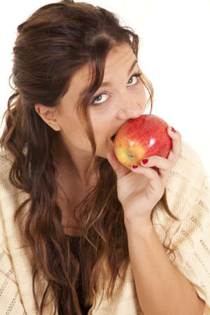 A woman taking a bite out of a juicey red apple. Imagens