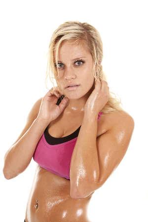 sudoroso: Una mujer est� de pie con el sudor de su cuerpo.