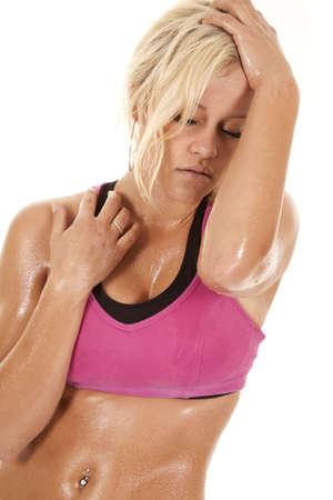 sudoroso: Una mujer con el sudor de su cuerpo se ve cansado.