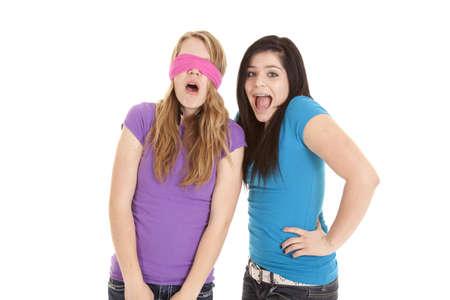 augenbinde: Ein Teenager-M�dchen Putting eine rosa Binde �ber den Augen ihrer Freunde. Lizenzfreie Bilder