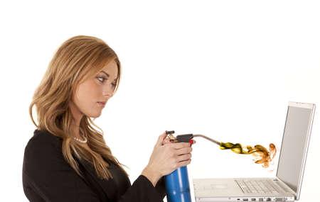 ビジネスの準備をして火をトーチに彼女のラップトップに満足していない女性。