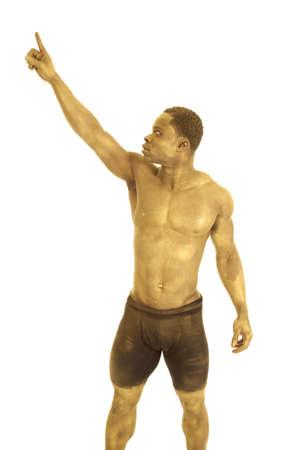 body paint: Un hombre pintado de oro mirando al dedo.