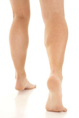 Een vrouw in haar blote voeten weg te lopen.