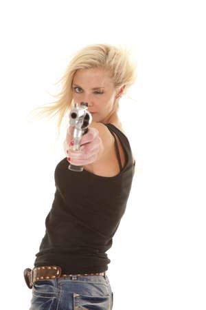 mujer con arma: Una mujer está apuntando una pistola y parece serio.