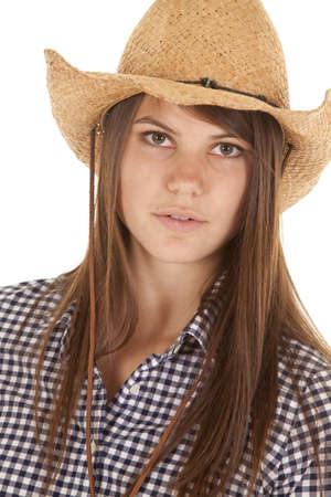cowgirl hat: Un primer plano de una mujer con una expresi�n seria vestida con su sombrero de vaquera