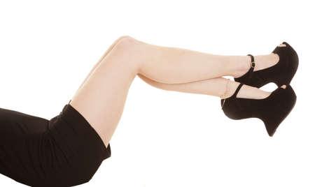 tacones negros: Una mujer con tacones negros con las piernas hacia fuera. Foto de archivo