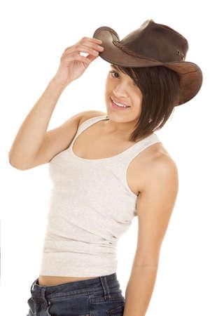 cowgirl hat: Una mujer con una sonrisa en su cara en su tanque y su sombrero de vaquera.