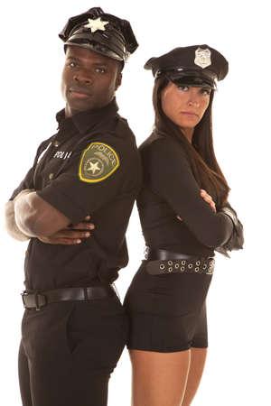 Een mannelijke agent en een vrouwelijke agent met hun rug bij elkaar en armen gevouwen Stockfoto